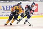 Extraligoví hokejisté PSG Berani Zlín (ve žlutém) ve 2. kole, domácí premiéře sezony hostili Vítkovice. Na snímku Palmberg