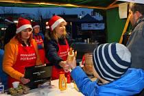 Na otrokovickém náměstí se v pátek 25. listopadu 2016 konala akce Pomáháme potřebným. Zakoupením občerstvení lidé přispěli na pomoc nemocným, akce byla součástí odpoledního rozsvěcení vánočního stromu.