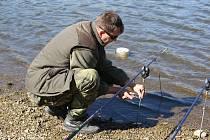 Luhačovickou přehradu oblehlo sedm set rybářů