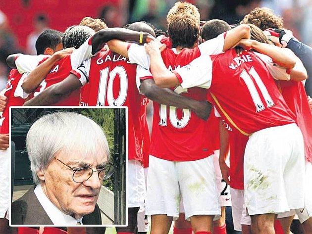 Bernie Ecclestone (ve výřezu) si troufá, má zálusk na Rosického Arsenal.