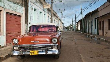 Stará americká auta - jedno z poznávacích znamení Kuby.