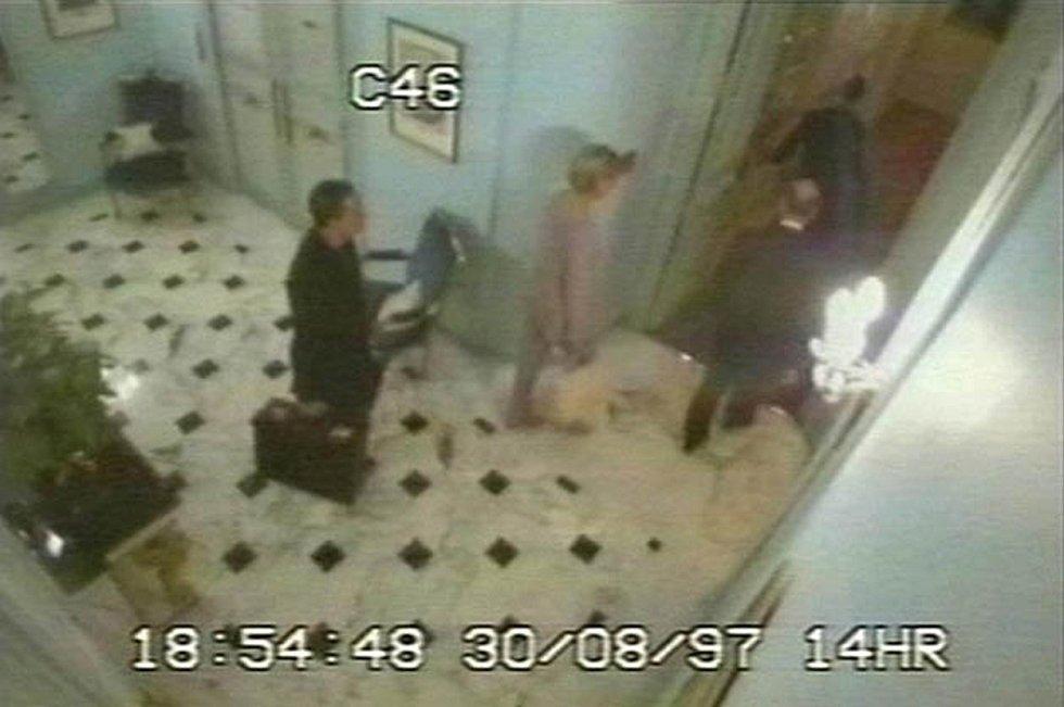 Jedny z posledních snímků. Den před svou smrtí se Diana a a její tehdejší přítel Dodi al-Fayed ubytovali v hotelu Ritz v Paříži. Záběry pochází z hotelových kamer.