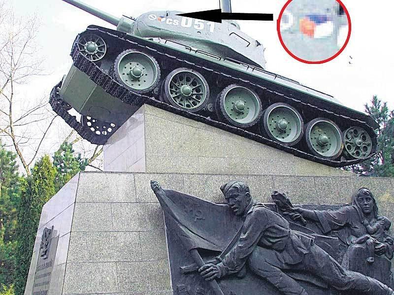 Tank v Ostravě má špatně namalovanou státní vlajku.