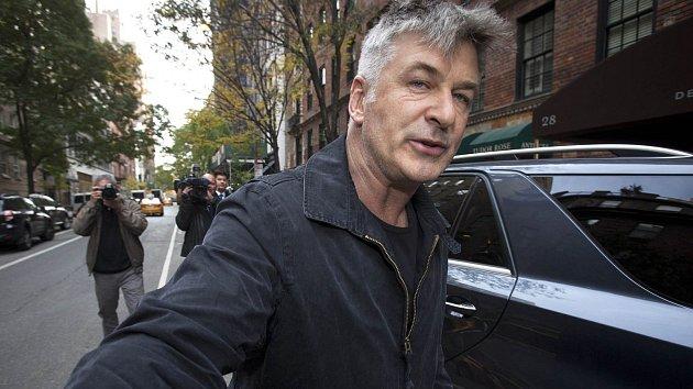 Herec Alec Baldwin si nedá pokoj. Má za sebou další extempore, zatčení a čeká ho soud.