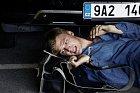 """Film ze série Nevinné lži s názvem """"Lež má rozbité auto"""" s Vojtou Dykem a Tatianou Vilhelmovou je romantická komedie o nezodpovědném floutkovi a pesimistce, kteří se navzájem polepší."""