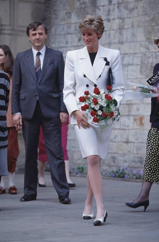 Po rozchodu s princem Charlesem média zajímalo zejména to, kdo se stane Dianiným novým přítelem. V letech 1995 až 1997 chodila s pakistánským chirurgem Hasnatem Khanem. V roce 1997 se dala dohromady s obchodníkem Dodim al-Fayedem.