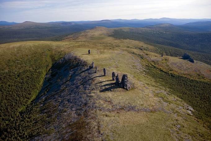 Sedm obrovských skal vystupuje znaprosto rovné aholé pláně.