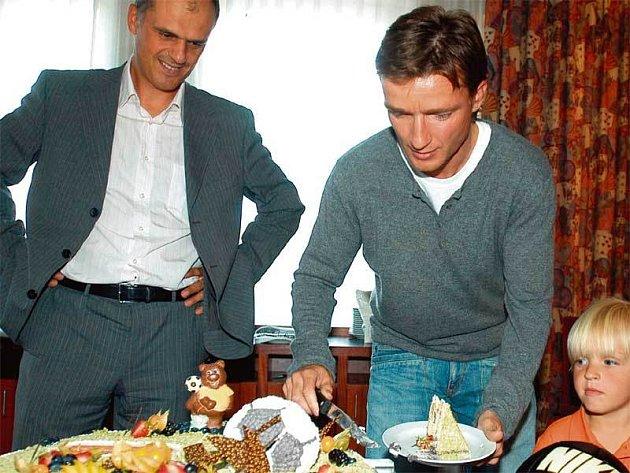 Jen co se Šmicer domluvil s Primou na plodné spolupráci, zakrojil do fotbalového dortu. Malý synek se už na něj těšil...