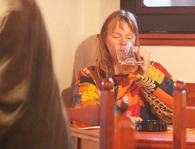 Hledala štěstí na dně skleničky.