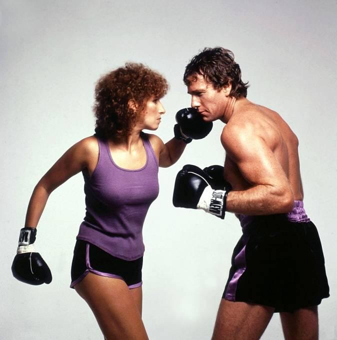 Vkomedii Žena vringu (1979) dostává doformy Ryana O´Neala.