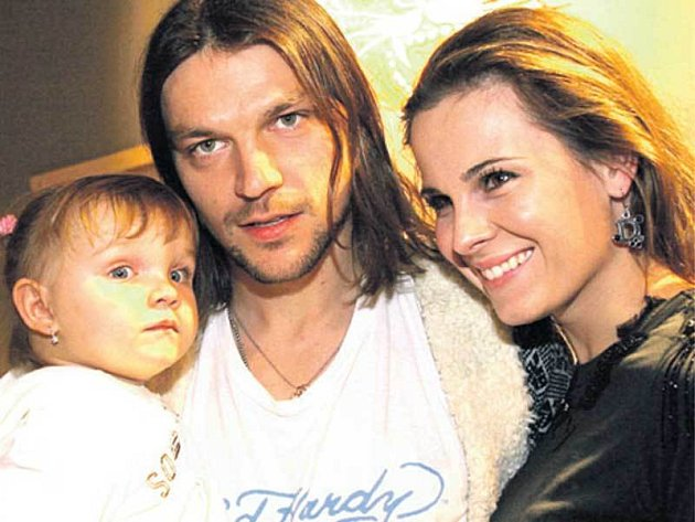 Smanželkou Kateřinou, se kterou má malou dceru Kačenku, se fotbalista rozvádí.