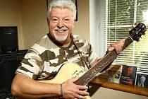 Milan v domě strpí jen jednu velkou lásku – kytaru.