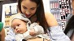 Malý Kristiánek šel mamince pomoct s výběrem nové rtěnky.