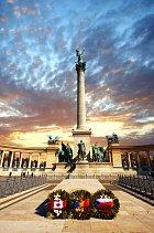 Soubor sloupů na náměstí Hrdinů je věnován významným postavám maďarské historie.