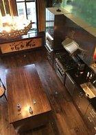 Rozbité sklo v kuchyni Johnnyho Deppa a Amber Heard