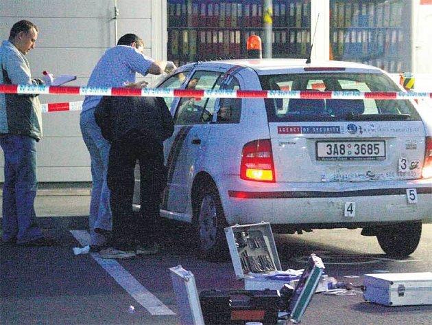 Přivolaná policie zajišťovala stopy na vozidle bezpečnostní agentury.