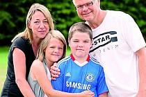 Lewis se svými rodiči a mladší sestrou