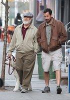 Adama Sandlera načapali v New Yorku při natáčení filmu. Ale kdo je ten stařík vedle něj?!