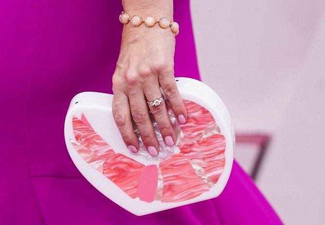 Erica Rivinoja a její kabelka s motivem krevety.