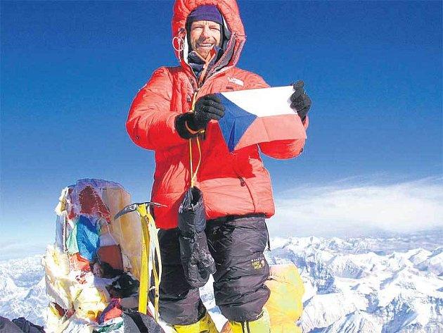 Bém na vrcholu Mount Everestu nejdřív vytáhl českou vlajku, z batohu ale nezapomněl vytáhnout i vlajku pražskou.
