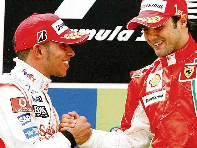 Felipe Massa (vpravo) a Lewis Hamilton, hlavní hrdinové Velké ceny Španělska, přitom obi dvojky svých stájí.