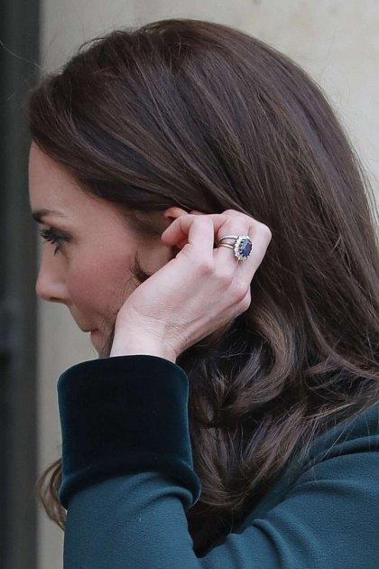 Kate Middleton nosí zásnubní isnubní prsten, dle královské tradice.