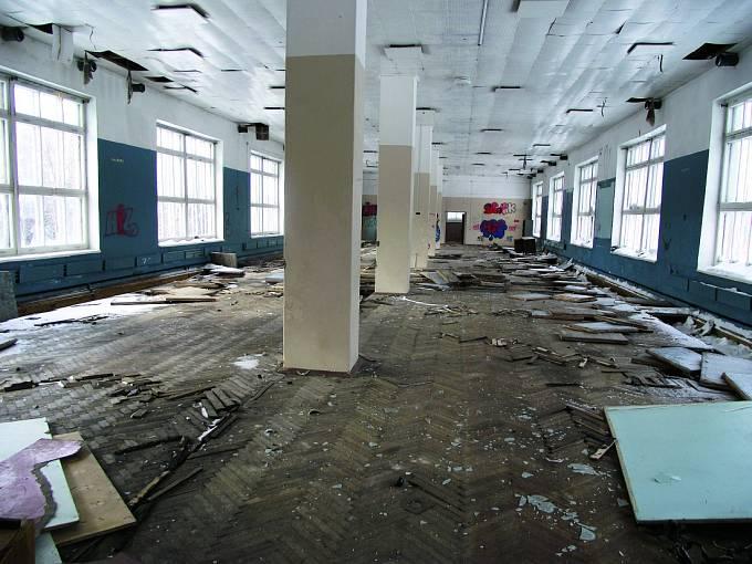 Vnitřek bývalého vojenského objektu. Co se asi dělo uvnitř těchto stěn?
