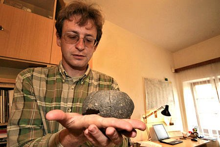 Milan Vokáč ukazuje pět tisíc let starý nález z rybníku Utopenec.