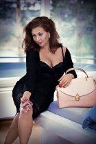 Morávková v reklamě na své kabelky. A její prsa opět v akci.