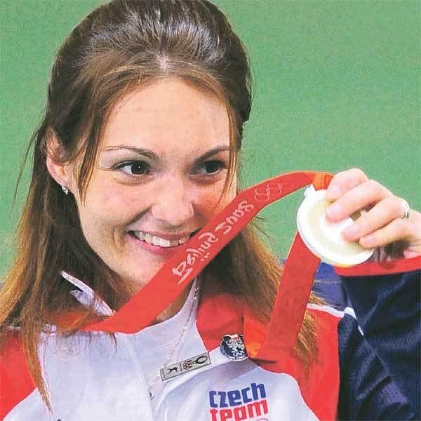 Koukejte, mám stříbro! Kateřina Emmons si ho včera vystřelila ze sportovní malorážky a v Pekingu je zatím nejúspěšnější českou sportovkyní.