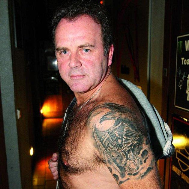Jakub Smolík ukázal tetování