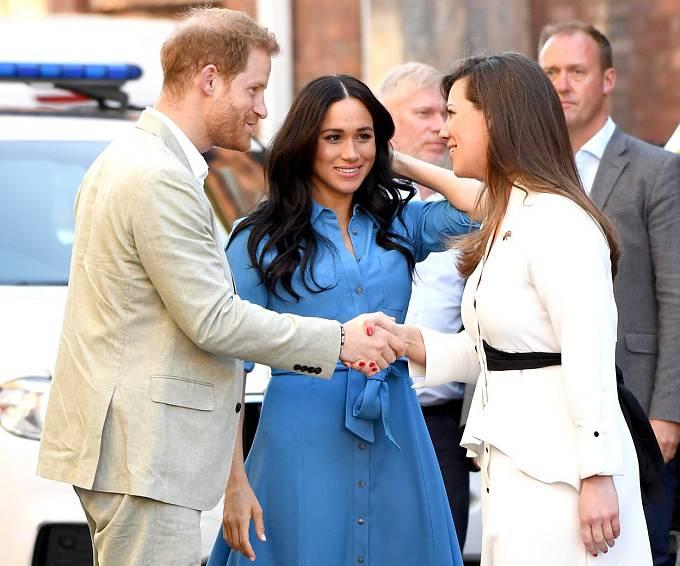 Princ Harry je ale zjevně zamilovaný až po uši, a tak se směle vzdal nároku na trůn, Meghan jakbysmet. Oba touží po tom pracovat a bývalá filmová hvězda se tak bude moci nenápadně prorvat zpět na plátno.