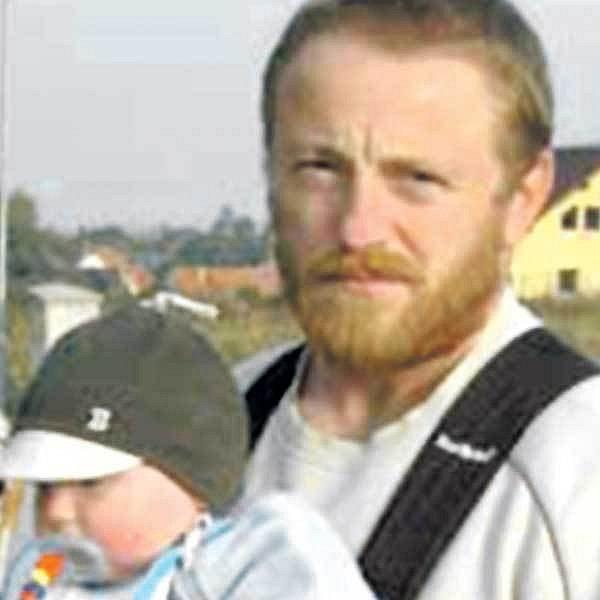 Praporčík Milan Štěrba se svým ročním synem