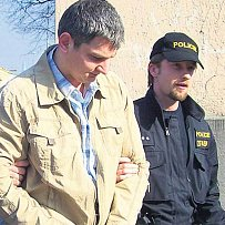 Nebezpečného Lukáše Kužílka převezli policisté v neděli ráno z Frýdku-Místku do Ostravy. Novinářům Kužílek řekl, že je mu líto hlavně zmařeného života jeho zastřeleného kamaráda.