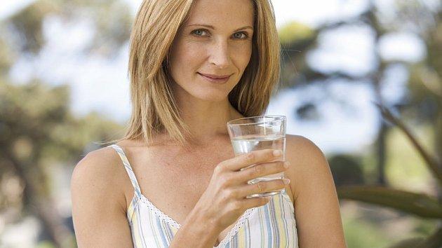 Víte, že pocit žízně je často snížený u starších lidí, proto by měli pít pravidelně, i když žízeň nepociťují.
