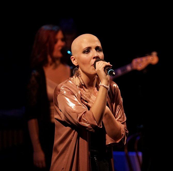 Holá hlava Slováčkové velmi sluší!Většinu času chodí zpěvačka bez paruky, na natáčení si je ale nasazuje.