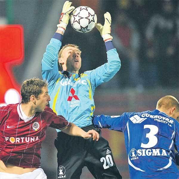 Několik sparťanských příležitostí likvidoval olomoucký gólman Drobisz (uprostřed). Za asistence Heidenreicha (vpravo) zmařil i tu, do níž se dral Libor Došek.