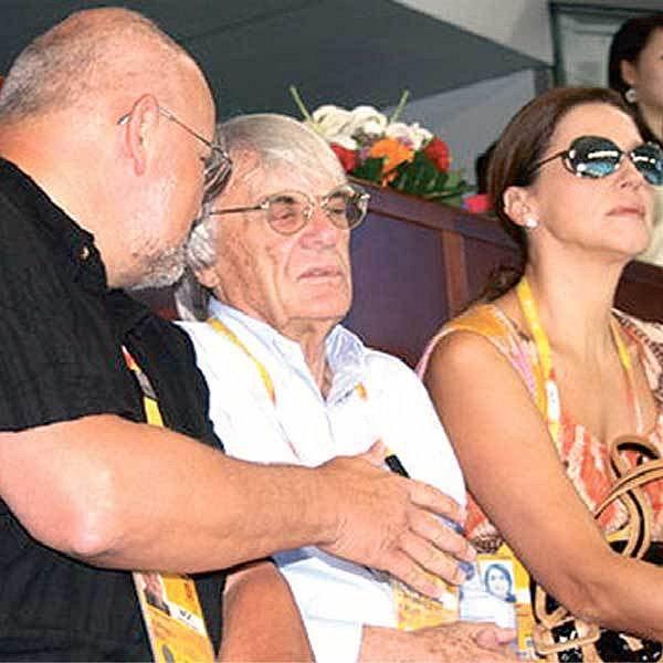 """Šedovlasý Ecclestone (uprostřed) """"povinně"""" fandí chorvatským vodním pólistům, jinak by s ním manželka Slavica (vpravo v brýlích) nemluvila."""