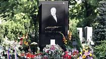 Na stejném hřbitově jako Eva Pilarová leží také Karel Gott.