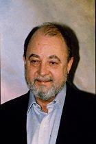 Řídké vlasy, šedivé vousy. Hillerman vroce 1992.