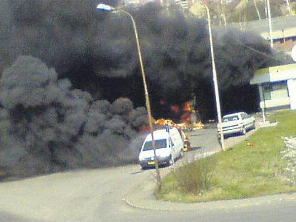 Hustý kouř a plameny byly vidět až vHostivicích.