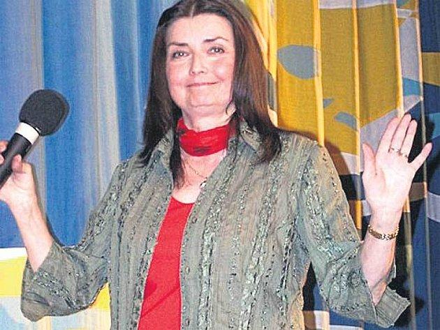 Miluška Voborníková zazpívala kouzelníkům i divákům v sále v Týně nad Vltavou.