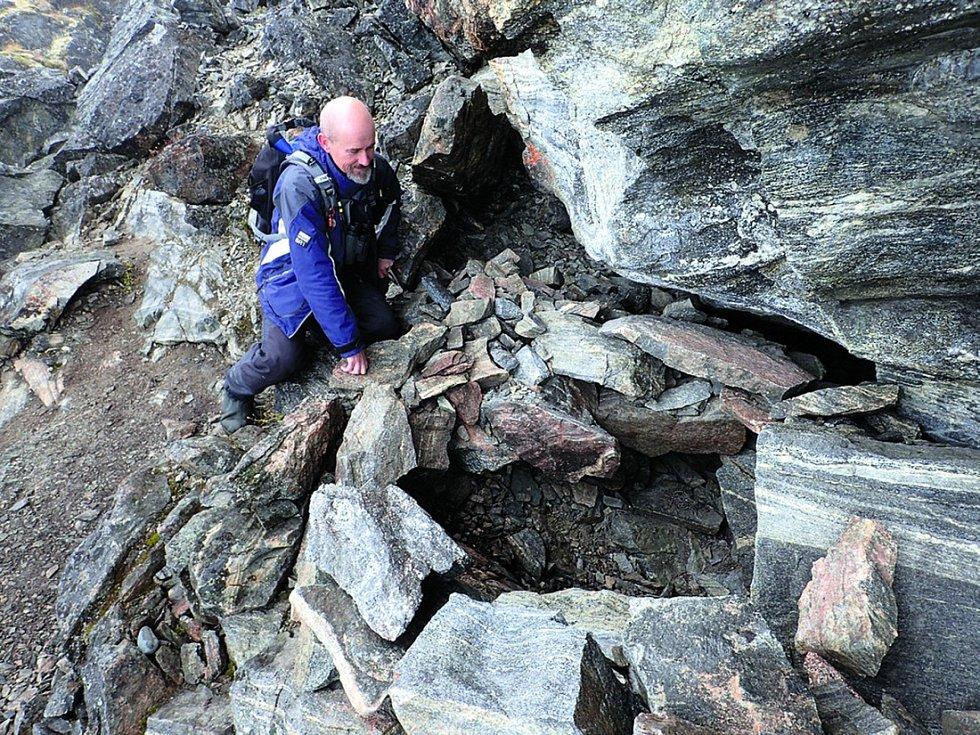 Jedna zkamenných kapes, kde se těla našla.