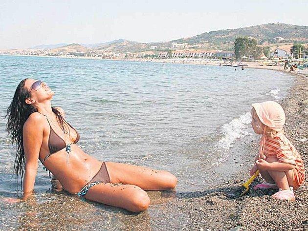 Agáta se v Itálii věnovala malé Kordulce i při opalování.