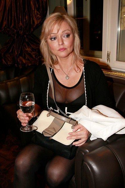 Paradoxní je, že ačkoliv má muzikant milenky, vyhrožuje své ženě sebevraždou! Dominika Gottová rozhodně nemá na růžích ustláno. Manžel jí dává opravdu zabrat.