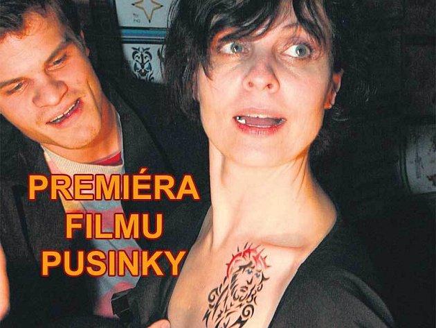 Jana Krausová si nechala ve středu večer udělat nové tetování. Vše pak zkontroloval její mladší syn Adam.