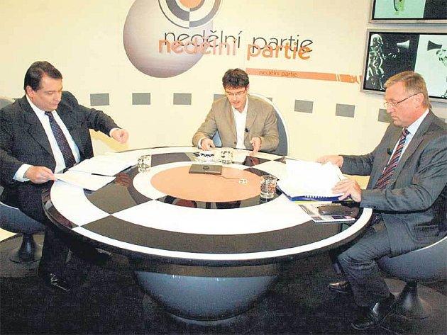 Přestože Jiří Paroubek s premiérem Mirkem Topolánkem horečně debatovali, na ničem se neshodli.