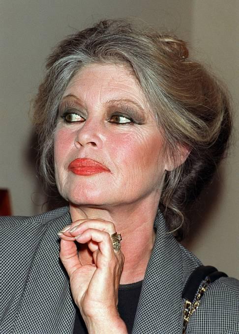 Rudé rty, výrazně  namalované oči. Svého stylu se držela ivšedesáti letech.