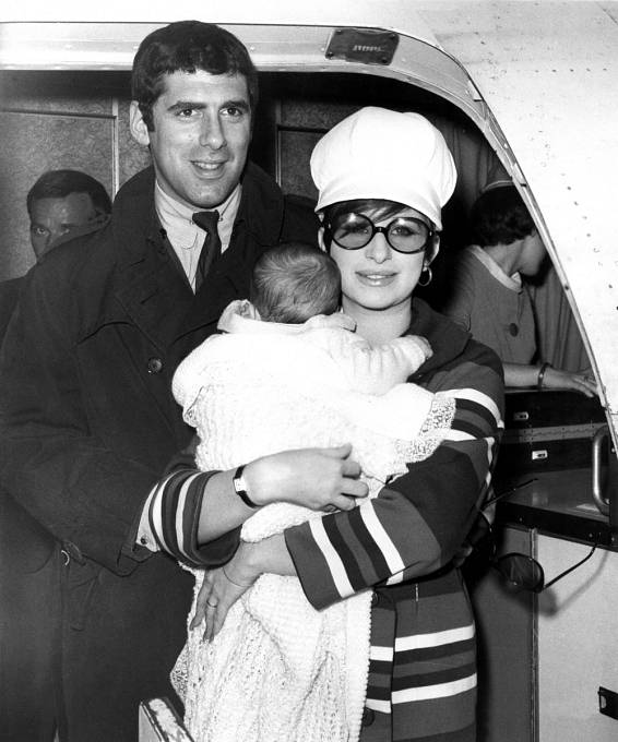 Sprvním manželem Elliottem  Gouldem měla syna Jasona. To jí ale nebránilo vnevěře.