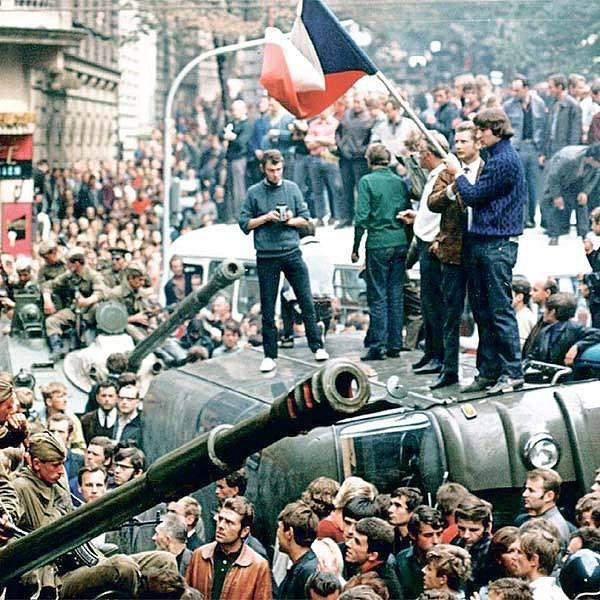 Svůj odpor proti invazi přišly vyjádřit tisíce lidí. Nezalekly se ani vojáků a bojové techniky.